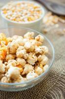 ciotola di popcorn su un tavolo di legno, popcorn al caramello foto