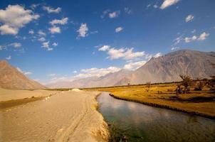 torrente montano, paesaggio e cielo del deserto foto