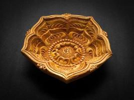 vista frontale di una bellissima lampada di design in argilla.