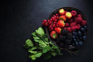 bacche fresche in ciotola, concetto antiossidante foto