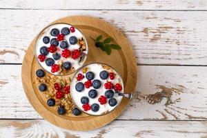 yogurt e muesli con frutti di bosco di mirtillo e rovo pietra