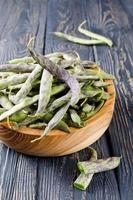 semi di soia freschi verdi su fondo di legno foto