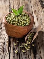 chicchi di caffè verde in ciotola di legno