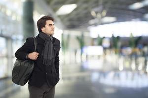 giovane che aspetta nell'aeroporto foto