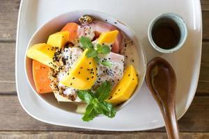 macedonia di frutta esotica con muesli e yogurt foto