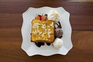 gelato con pane sul piatto foto