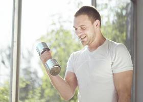 esercizio di sollevamento pesi a casa foto