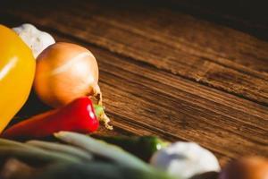 verdure disposte sul tavolo foto
