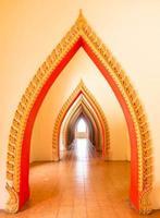 fila dell'arco dorato in tempio buddista, Tailandia