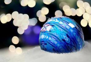 ornamento di natale sulla neve foto