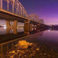 notte di ponte ferroviario. Ucraina. kiev.
