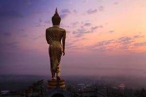 statua di Buddha in piedi foto