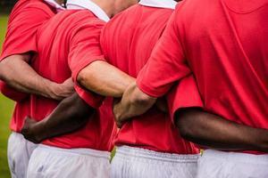 giocatori di rugby che stanno insieme prima della partita foto