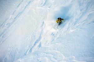 sciare sulla neve farinosa foto