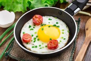 uovo fritto in una padella piccola foto