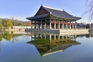 Padiglione Gyeonghoeru nel palazzo Gyeongbokgung, Seoul, Corea foto