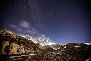 montagna dell'Himalaya con la stella nella notte foto