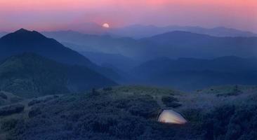sorgere della luna ai piedi delle alpi