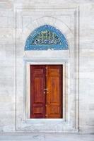 porta e pannello di piastrelle nella moschea di Fatih, Istanbul, Turchia foto