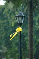 nastro giallo sul palo della luce foto