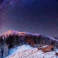fantastica pioggia di meteoriti invernali e le montagne innevate foto