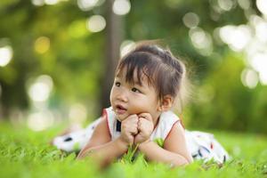 bambino che si distende nel parco.