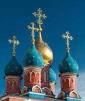 cupole della chiesa ortodossa a Mosca contro il cielo blu foto