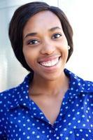 giovane donna allegra che sorride per la macchina fotografica foto