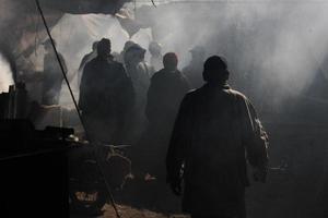 gli uomini camminano attraverso il suk fumoso