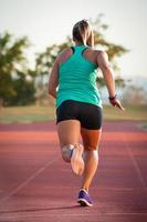 corridore femminile su una pista di atletica leggera