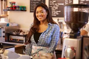 ritratto del proprietario femminile della caffetteria foto