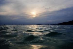 tramonto con onda foto