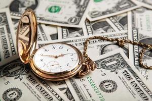 orologio d'oro e banconote da un dollaro