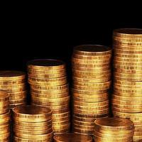 macro della pila dei soldi dell'oro foto
