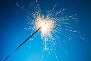 sparkler appena illuminato su sfondo blu