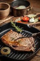 bistecca di manzo fritta. foto