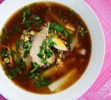ciotola di noodle in stile orientale foto