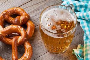 boccale di birra e pretzel foto