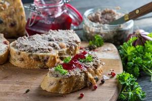 fegato di pollo o patè d'oca su pane integrale e mirtillo rosso foto