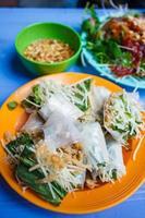 cibo di strada vietnamita, verdure fresche con pelle di anatra croccante foto
