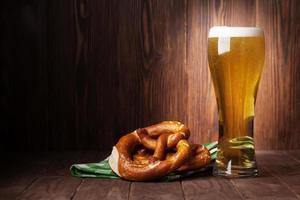 bicchiere di birra chiara e pretzel foto