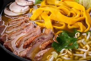 zuppa di ramen con carne di anatra foto