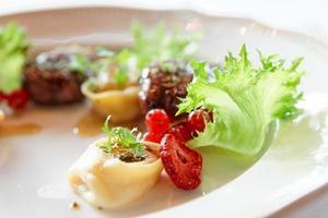 carne di anatra con frutti di bosco e ravioli foto