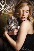 donna bionda con gatto foto