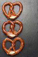 pretzel appena sfornato con spazio per il testo foto