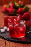 cocktail di fragole fresche sul tavolo di legno foto