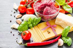 ingredienti lasagne - fogli secchi, carne, pomodorini, formaggio, foto