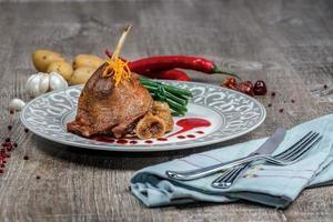 oca arrosto con fichi. piatto di carne d'oca e fichi