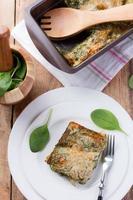 porzione di gustosa lasagna di spinaci foto