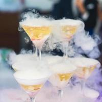 linea di diversi cocktail alcolici in occasione di una festa notturna all'aperto